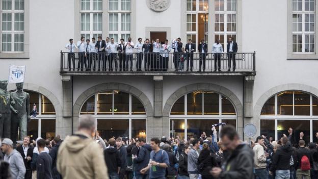 Magere Siegesfeier auf dem Zürcher Helvetiaplatz.