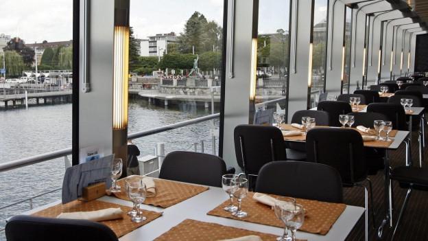 Tische im Restaurant eines Schiffes