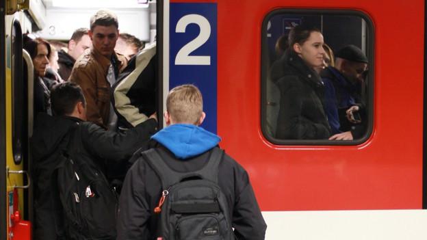 Pendler steigen in S-Bahn