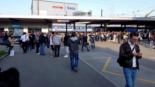 Pendler sitzen am Bahnhof Glattbrugg fest.