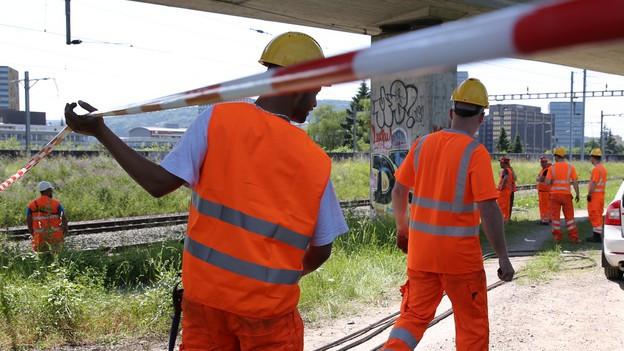 SBB-Arbeiter verlegen nach dem Brandanschlag neue Kabel