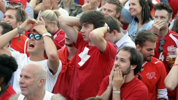 Schweizer Fussballfans schlagen die Hände über dem Kopf zusammen