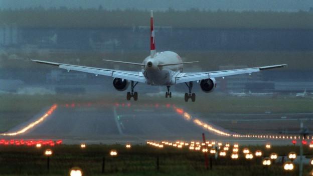Ein Flugzeug der Swiss landet in der Dämmerung in Zürich