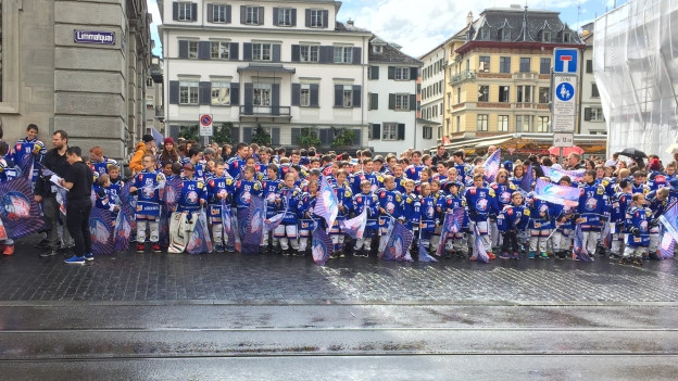 Die Junioren der ZSC-Lions werben in Vollmontur vor dem Rathaus für ein Stadion.