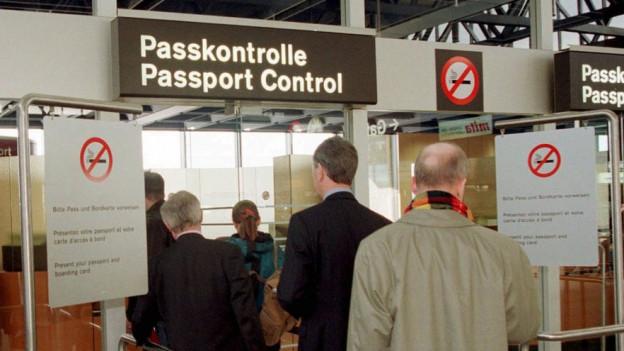 Warteschlange vor Zollkontrolle am Flughafen