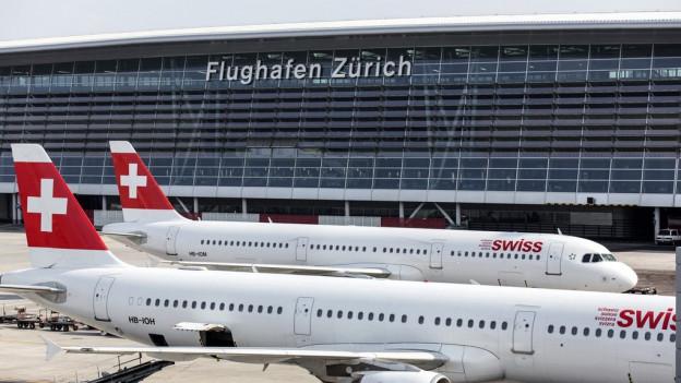 Zwei Swiss-Flugzeuge am Flughafen Zürich