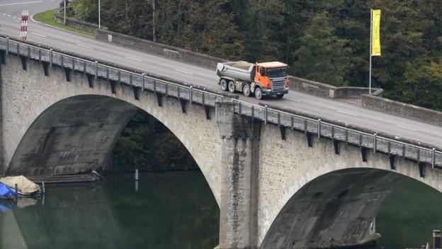 Täglich rollen über 22'000 Fahrzeuge über die historische Rheinbrücke.