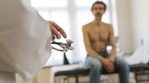 Arzt untersucht Patient
