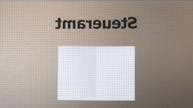 Steueramt-Logo an einem durchsichtigen Fenster