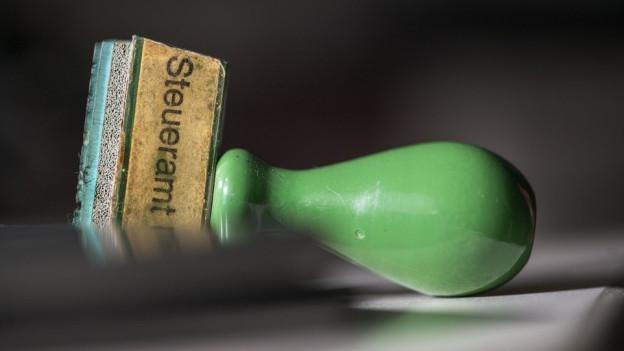 Grüner Stempel mit der Aufschrift Steueramt