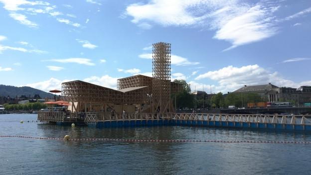 Ein Holzpavillon auf dem Zürichsee