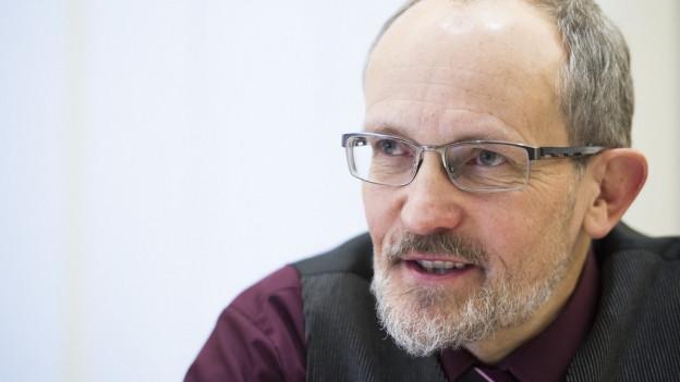 Mann mit Brille und Bart im Profil