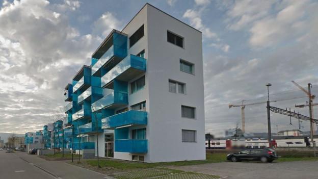 Neue Wohnhäuser in Schlieren, im Hintergrund Baukräne
