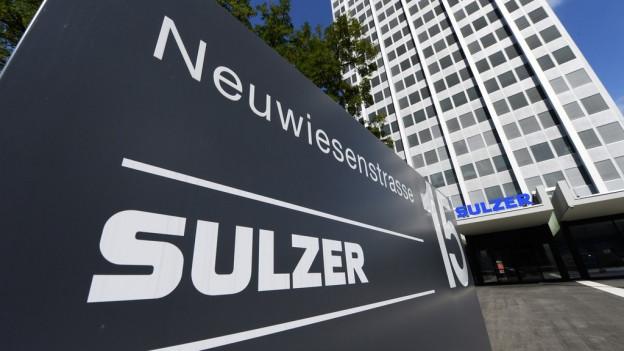 Firmenschild am Eingang des Sulzer-Hauptsitzes, im Hintergrund das Hochhaus
