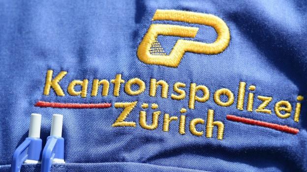Hemd der Zürcher Kantonspolizei mit aufgesticktem Logo