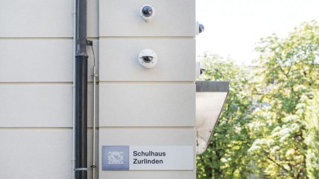 Überwachungskameras an der Fassade eines Schulhauses