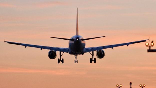 Ein Flugzeug im Abendrot.