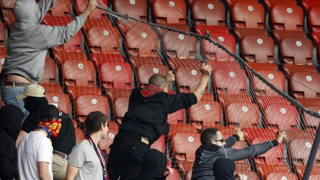 Basler Fan randalieren im Zürcher Letzigrund Stadion