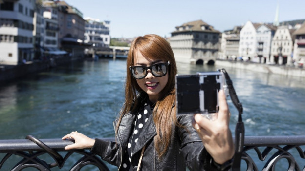 «Smile» - diese Touristin aus Asien liess sich den Besuch in Zürich nicht nehmen.