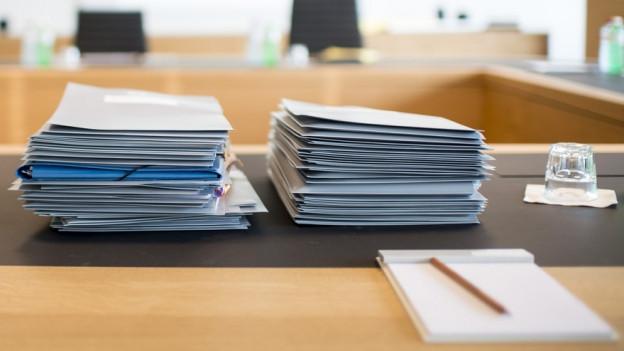 Papierstapel auf einem Sitzungstisch