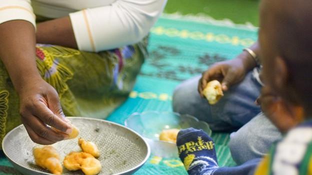 Minderjährige Flüchtlinge beim Essen