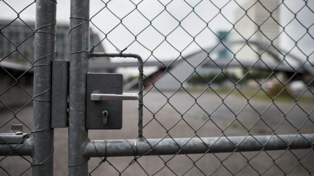 Gittertor zum Asylzentrum