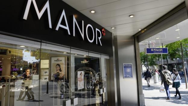Der Eingang des Manor Warenhauses.