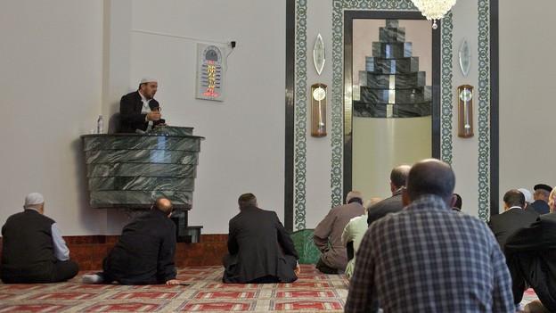 Ein Imam predigt vor seiner Gemeinde