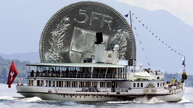 Das Dam,pfschiff Stadt Zürich in voller Fahrt vor einem Fünfliber.