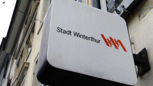 Ein Leuchlogo der Stadt Winterthur an einer Hausfassade in der Altstadt.