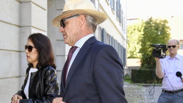 Der Whistleblower Rudolf Elmer beim Gang vor das Zürcher Obergericht.
