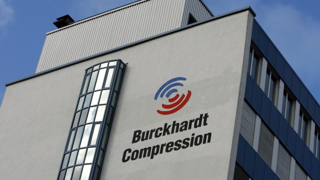 Ein graues Hochhaus, darauf das blau-rote Logo von Burkhardt Compression