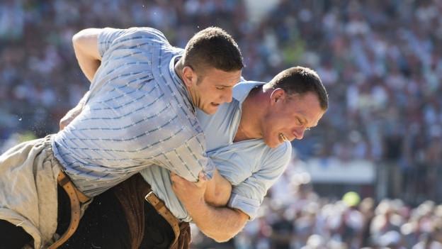 Zwei Männer schwingen miteinander