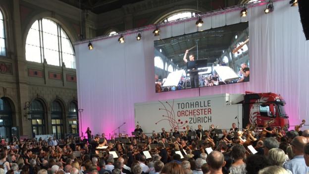 Grosser Bahnhof für die Klassik: Das Tonhalle-Orchester im Zürcher Hauptbahnhof.