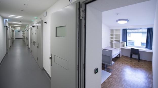 Blick in ein Zimmer der geschlossenen Abteilung des Massnahmenzentrums Uitikon.