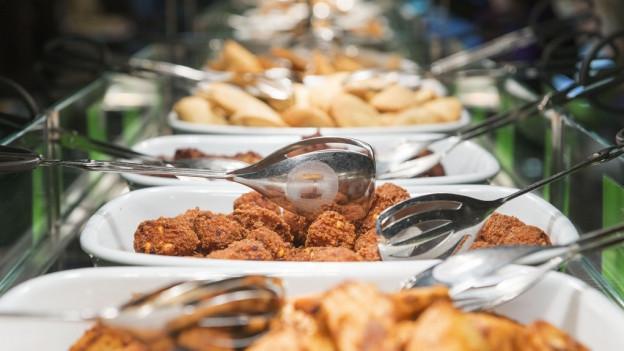 Ein Buffet mit verschiedenen Gerichten wartet auf Esser