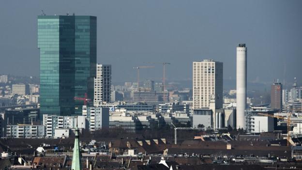 Blick über Dächer des Zürcher Industriequartiers mit Prime Tower.