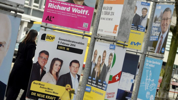 Ein Wald voller Wahlplakate in der Stadt Zürich.