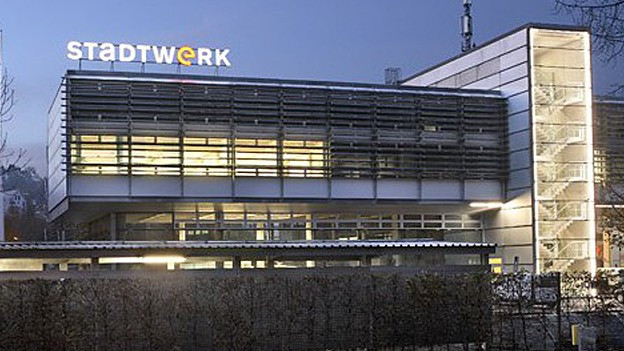 Beleuchtetes Bürogebäude mit Schriftzug Stadtwerk
