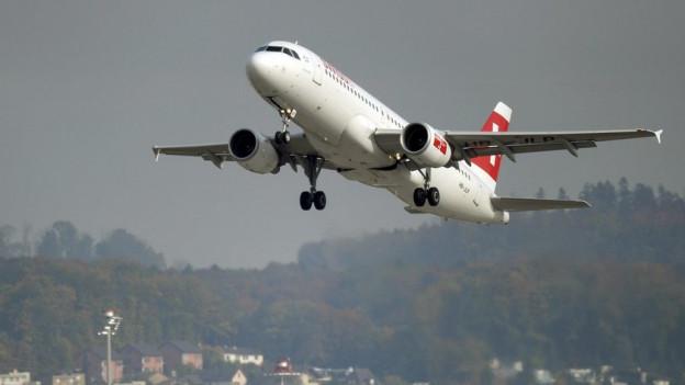 Ein Flugzeug startet am Flughafen Zürich