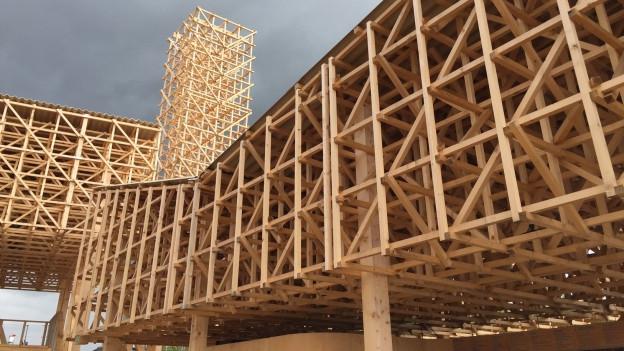 Der Holzpavillon der Manifesta von nahem.