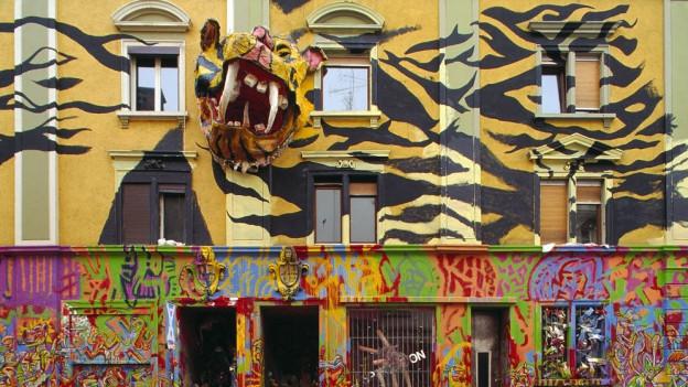 Eine Hauswand mit kunstvoller Graffiti