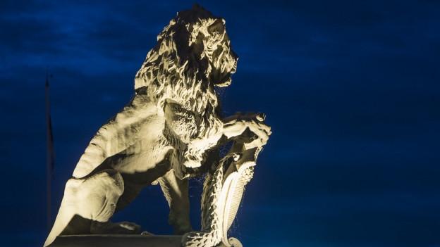 Das Löwendenkmals am Zürcher Bürkliplatz, nachts