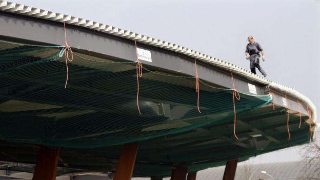 Ein Bauarbeiter auf dem Dach des Letzigrund-Stadions