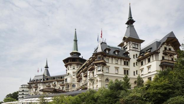 Blick auf das Luxus-Hotel Dolder Grand mit seinen vielen Türmchen.