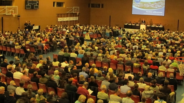 Grossandrang an der Gemeindeversammlung Uetikon.