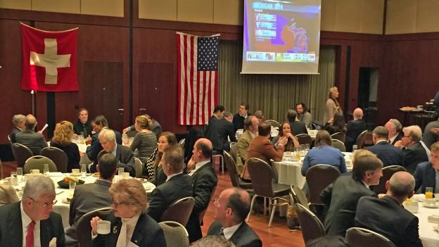 «Champagner-Zmorge» für die Republikaner - «Katerfrühstück» für die Demokraten am Treffen in Zürich.