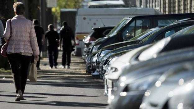 Parkierte Autos reihen sich am Zürcher Stadthausequai.