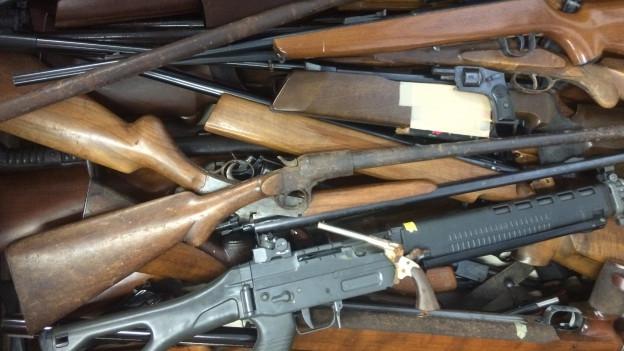 Ein Haufen unterschiedlicher Feuerwaffen