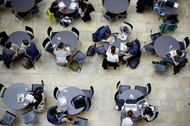 Im Lichthof der Universität Zürich wird gegessen und über die Grenzen geschaut.